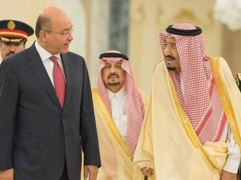 هذه الصورة التي نشرها مكتب الرئيس العراقي في ١٨ نوفمبر/تشرين الثاني ٢٠١٨ تظهر الرئيس برهم صالح (يسار) أثناء استقباله من قبل الملك سلمان في العاصمة السعودية، الرياض. صورة: المكتب الإعلامي للرئاسة العراقية/ AFP