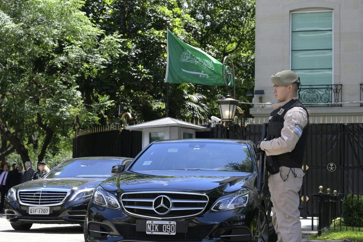 عميل أمن أرجنتيني يقوم بحراسة محل الإقامة السعودي في بوينوس آيريس في 28 نوفمبر/تشرين الثاني 2018. وصل ولي العهد السعودي محمد بن سلمان العاصمة الأرجنتينية يوم الأربعاء لحصور قمة العشرين. صورة: JUAN MABROMATA / AFP