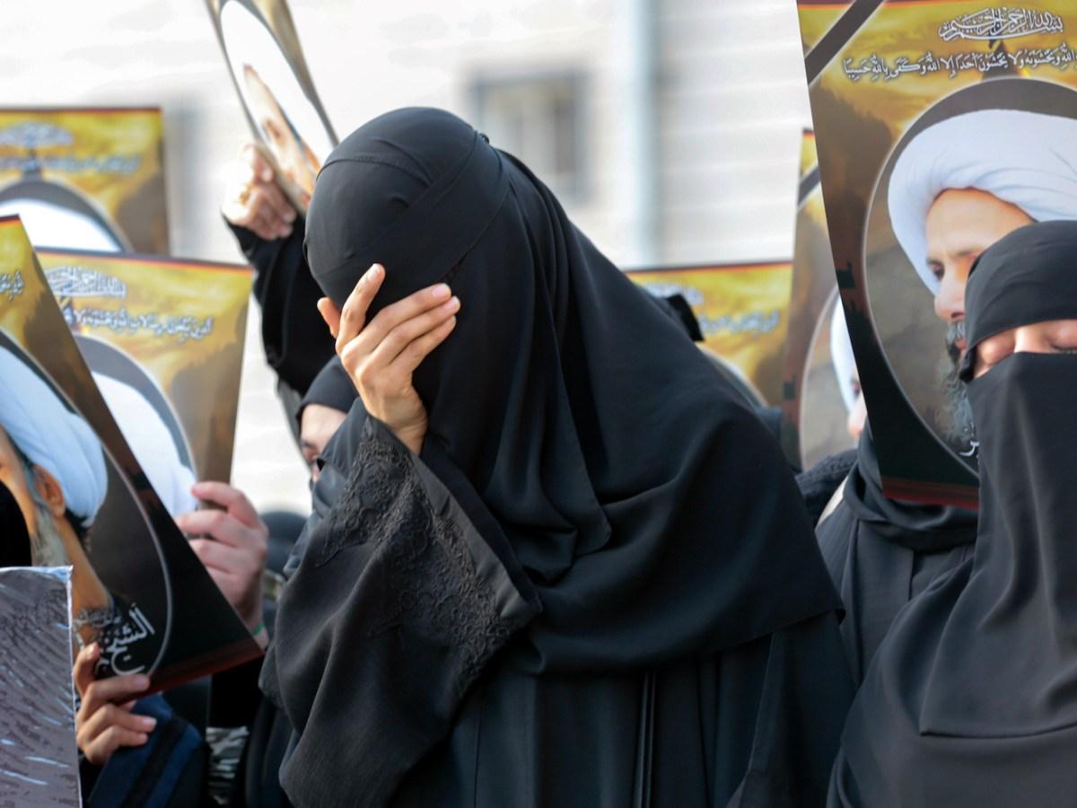 سيدات عراقيات من الشيعة في مظاهرة في 8 يناير/كانون الثاني 2016 في مدينة القطيف الساحلية الغربية ضد إعدام رجل الدين الشيعي نمر النمر.  صورة:  Stringer / AFP