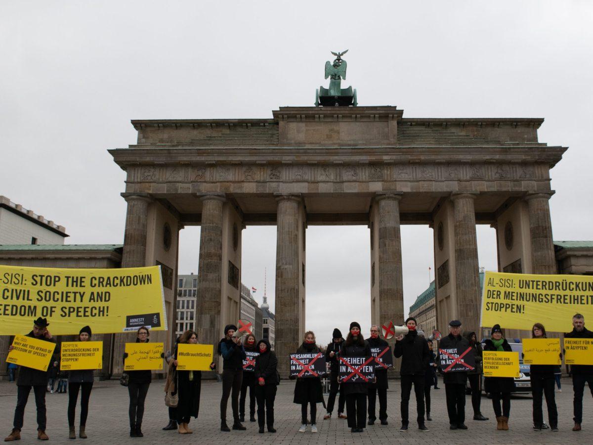 ناشطون يتظاهرون على هامش زيارة الرئيس المصري لبرلين، منددين بالانتهاكات الحقوقية والقيود على حرية التعبير في مصر في ٢٩ أكتوبر/تشرين الأول ٢٠١٨. صورة: Paul Zinken / DPA