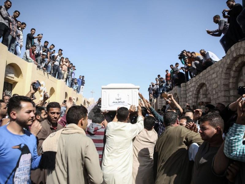 يحمل المشيعون جثمان ماريا كمال يوسف أثناء مراسم جنازة في المنيا، مصر، في أعقاب هجوم على أتوبيس يحمل أقباط. شارك المئات في تشييع جثامين ضحايا الهجوم يوم السبت.  Photo: Gehad Hamdy/dpa