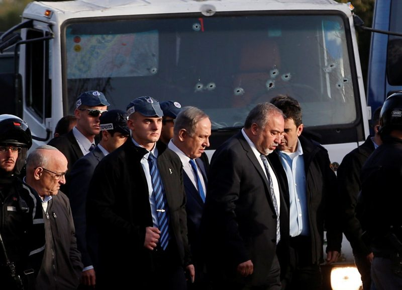 資料圖片:以色列總理內塔尼亞胡(中)和國防部長利伯曼到訪一名巴勒斯坦男子於2017年初襲擊一群以色列士兵的案發地點。相片:Reuters / Ronen Zvulun