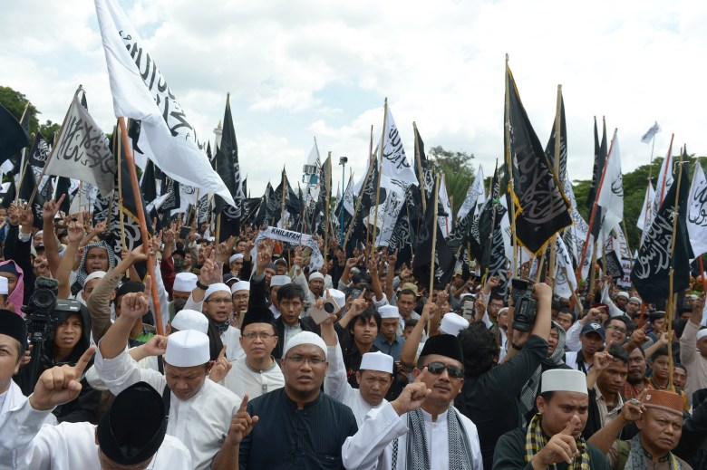 Hundreds of protesters from the radical Hizbut Tahrir Indonesia (HTI) held a protest to support Indonesian clerics, including Rizieq Shihab, in Jakarta, February 5, 2017. Photo: Adek Berry