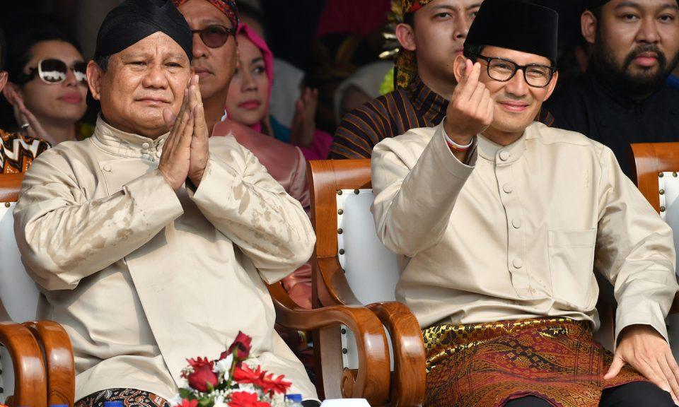 印尼總統候選人普拉博沃(左)和其競選夥伴桑迪阿加在2018年9月23日於雅加達印尼國家紀念塔公園為即將舉行的大選簽署和平競選宣言。相片:AFP / Adek Berry