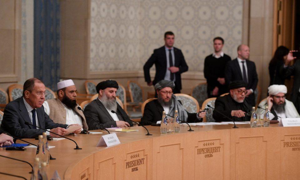俄羅斯外長拉夫羅夫(左)在2018年11月9日於莫斯科舉行的第二輪阿富汗和談中聽取意見。相片:AFP / Vladimir Astapkovich / Sputnik