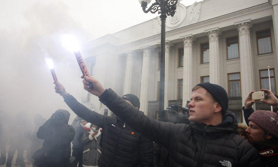 上周一,烏克蘭民族主義者在議會舉行會議期間在外面集會,要求基輔與俄羅斯就使用亞速海和刻赤海峽合作,並在該國實施戒嚴。集會前一天,俄羅斯在靠近莫斯科吞併的克里米亞海峽附近以武力扣押了3艘烏克蘭海軍艦艇。相片:AFP / STR / NurPhoto