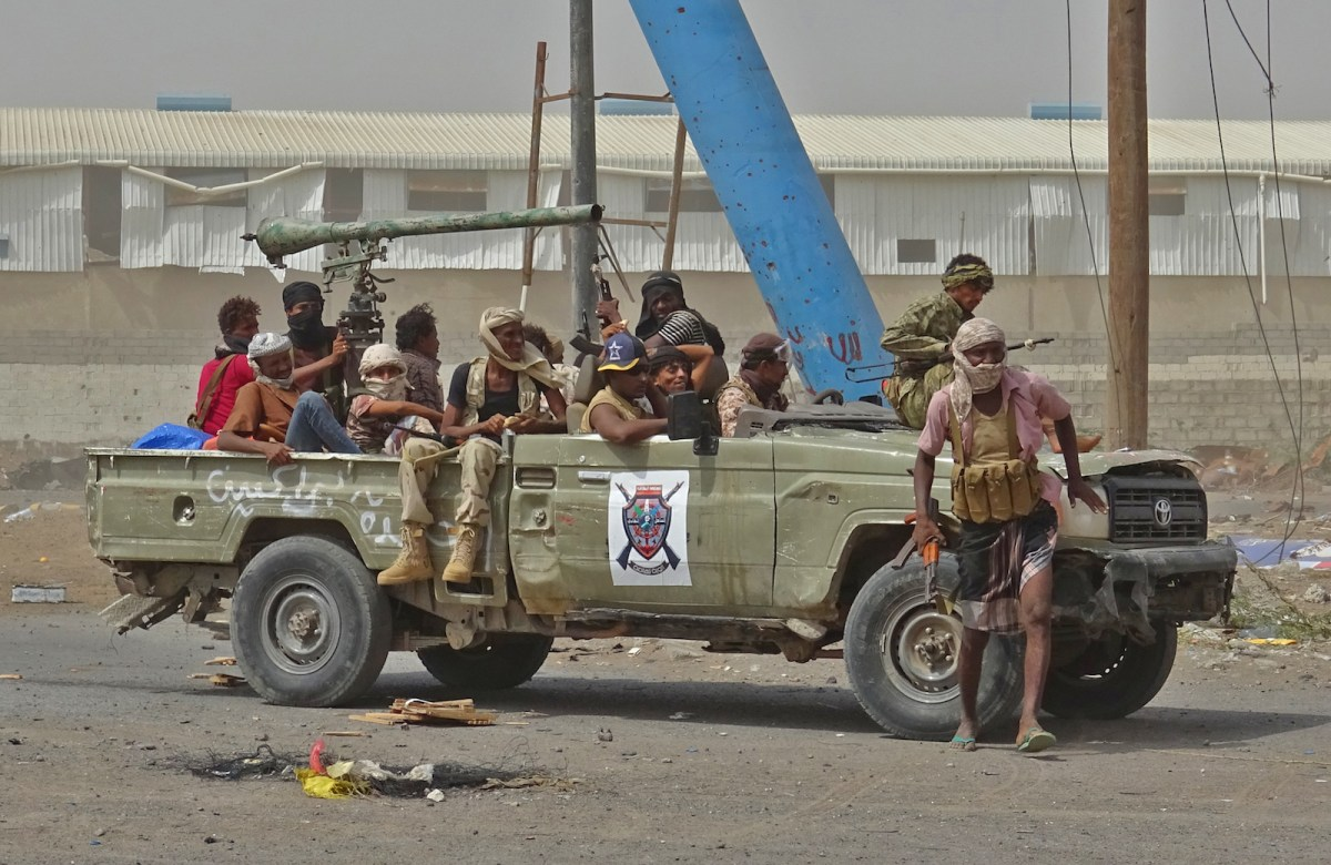 Yemeni pro-government forces gather on the eastern outskirts of Hodeida as they continue to battle for the control of the city from Houthi rebels on November 9, 2018. Photo: AFP / Stringer