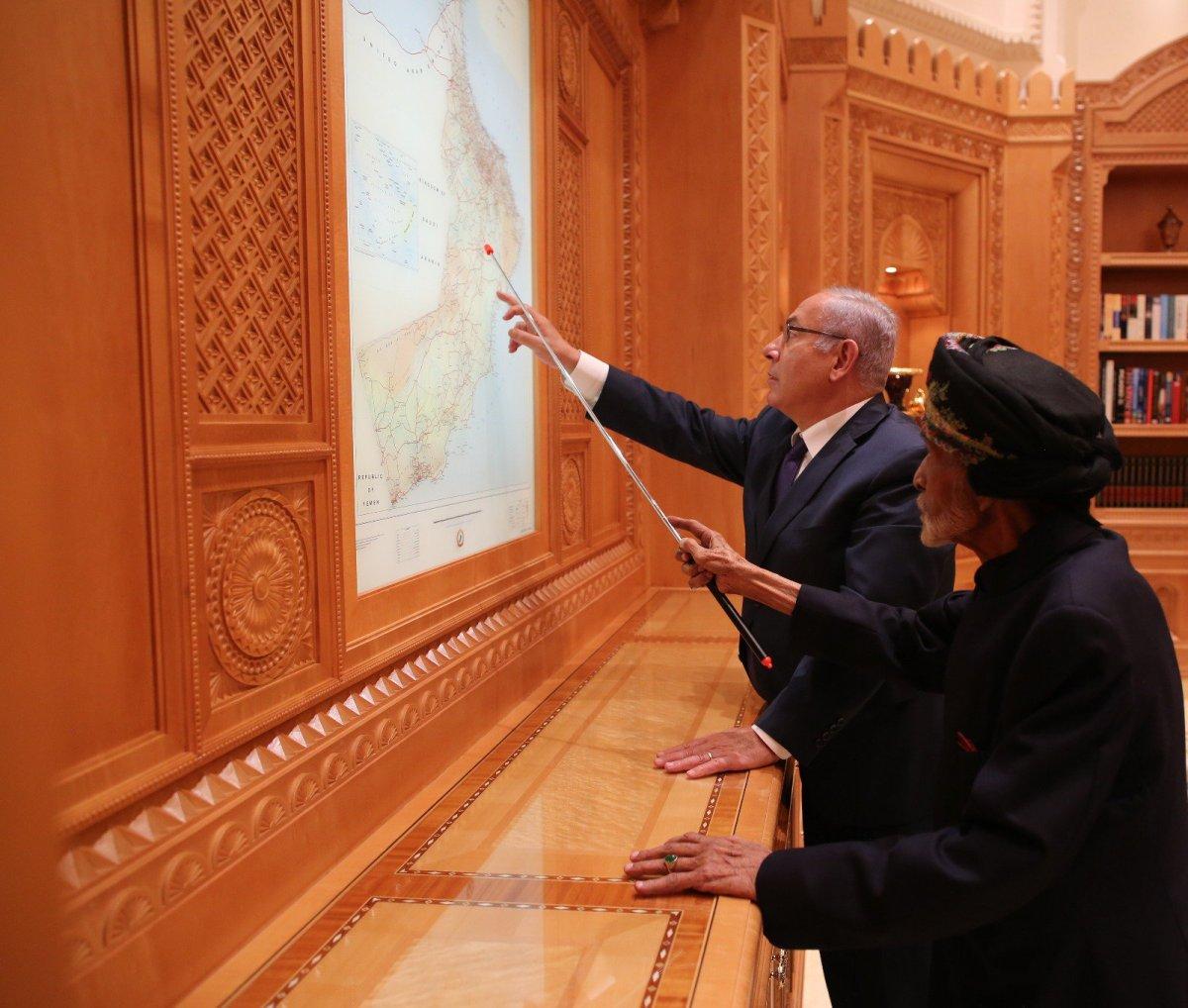رئيس الوزراء الإسرائيلي بنيامين نتنياهو و السلطان قابوس بن   سعيد في مسقط  صورة: تويتر