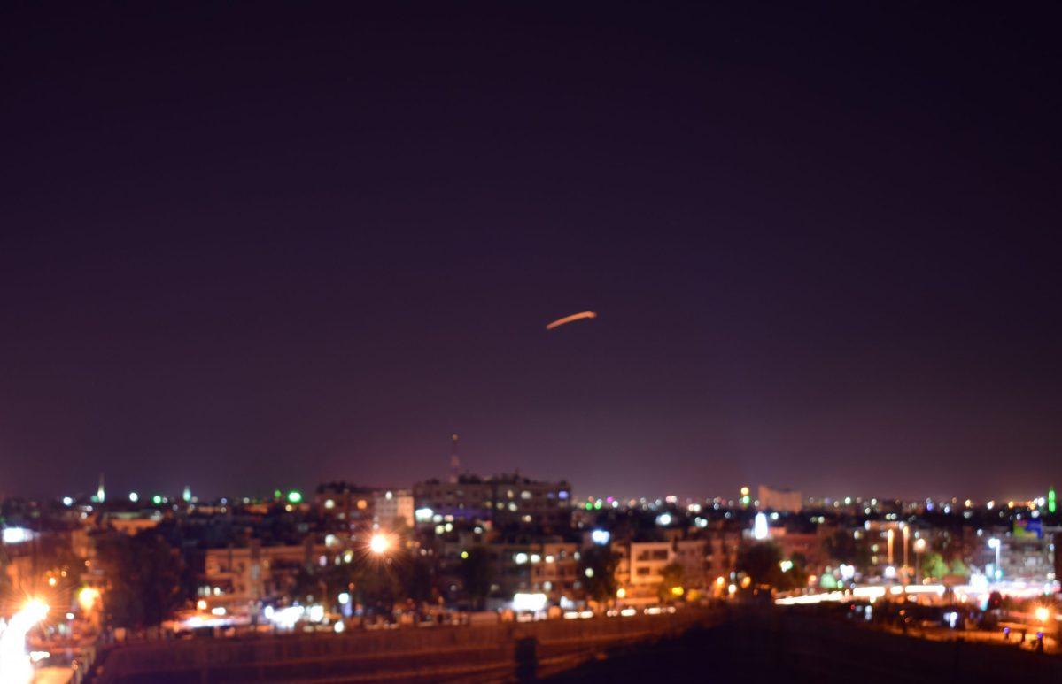 صورة نشرتها وكالة الأخبار السورية سانا في 15 سبتمبر/أيلول 2018 وقالت أنها لقوات الدفاع السوري تتصدى لقذائف إسرائيلية قال الإعلام السوري الرسمي أنها استهدفت مطار دمشق الدولي. صورة: Handout / SANA / AFP