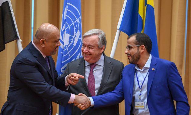 也門外交部長亞馬尼(Khaled al-Yamani )(左)和胡塞代表團團長阿卜杜(Mohammed Abdelsalam)上周四在瑞典聯合國秘書長古特雷斯面前握手。相片:AFP
