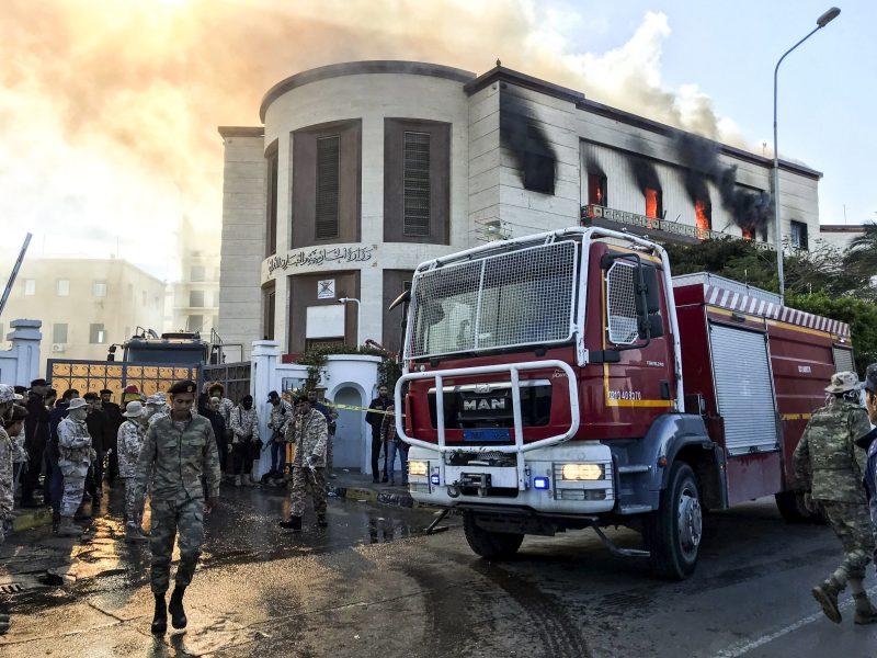 عربة إطفاء ومسؤولي الأمن في موقع الهجوم على وزارة الخارجية الليبية في العاصمة طرابلس في 25 ديسمبر/كانون الثاني 2019. صورة: Mahmud TURKIA / AFP