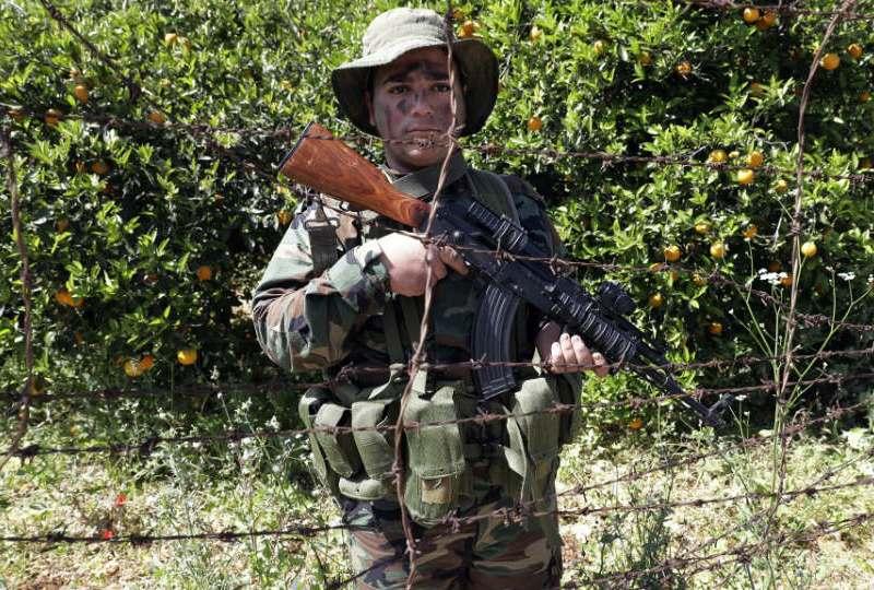 4月20日,一名真主黨戰士在黎巴嫩 - 以色列邊境奈古拉(Naqura)鎮附近的一個果園巡邏。相片:AFP