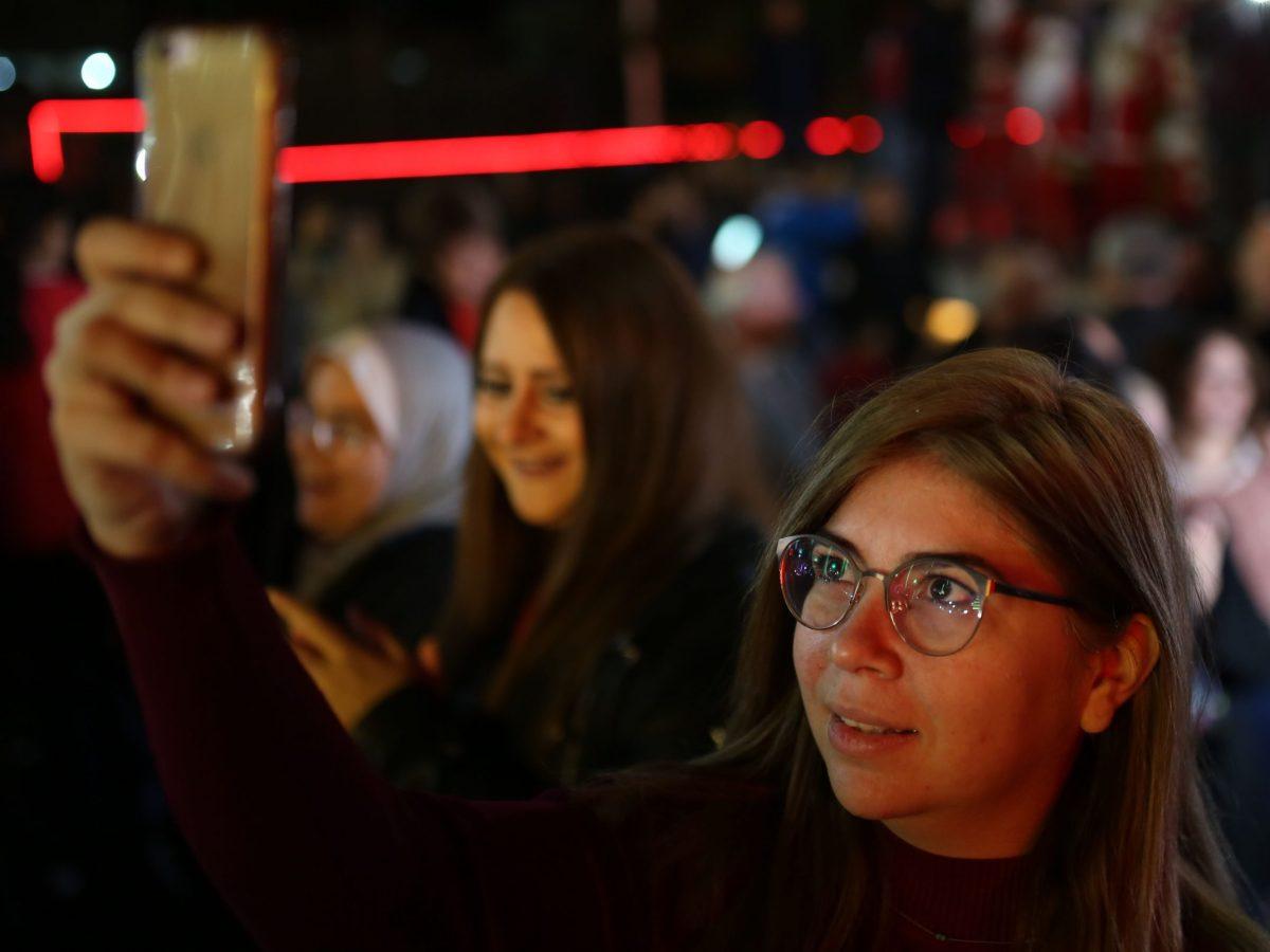 فلسطينيون مسيحيون في إحتفالية إضاءة شجرة أعياد الميلاد في مدينة غزة في 22 ديسمبر/كانون الأول. صورة: Majdi Fathi/NurPhoto