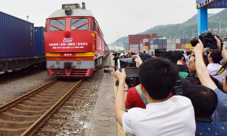 2017年5月,群眾為第一架從深圳鹽田港出發到白俄羅斯首都明斯克(Minsk) 的貨運列車拍照。相片:Reuters / stringer