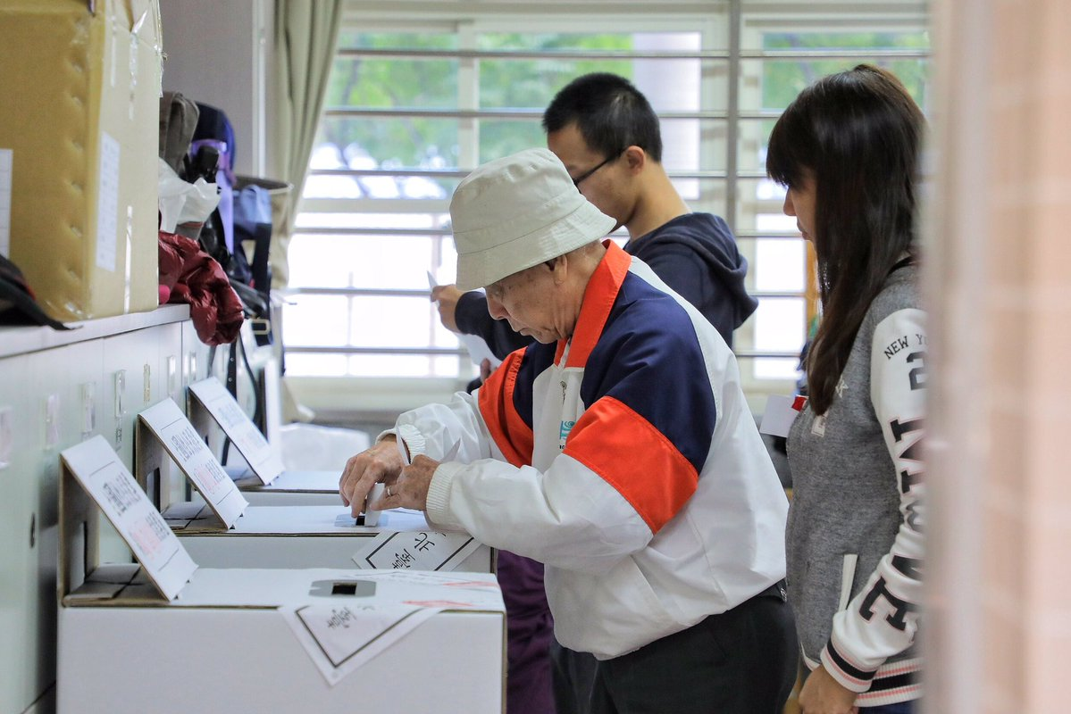 2018年11月24日,周六,台灣民眾在台北一個投票站排隊投票。台灣在蔡英文總統在任中期舉行地方選舉,焦點將集中在該島國發展緩慢的經濟,以及往往與中國緊張的關係上。 雖然蔡英文沒參與這次選舉,但選民對市長、議會和其他職位所投的票,就被視為是對其表現進行評價的機會。相片:@TaiwanPresSPOX Twitter