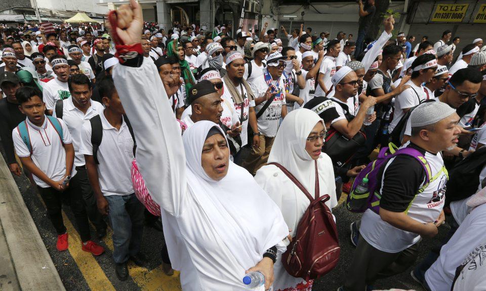 2018年12月8日,示威者在吉隆坡獨立廣場參與由幾個親穆斯林馬來人非政府組織組織舉辦的集會期間,遊行慶祝政府決定棄簽聯合國的反歧視公約。相片:AFP Forum via EyePress Newswire / FL Wong