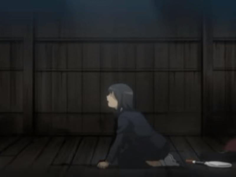 المراهقة اليابانية ميجومي يوكوتا داخل سفينة كورية شمالية بصحبة الطاقم الذي أرسل لاختطافها. بجانبها المضرب الذي كان معها في تدريب تنس الريشة بمدرستها. صورة: من فيلم «ميجومي»/YouTube