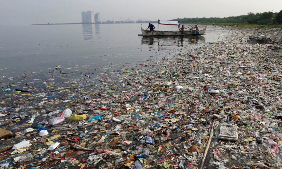ساحل ملوث بالنفايات في خليج كانيلا في الفلبين. صورة: Reuters/Erik de Castro