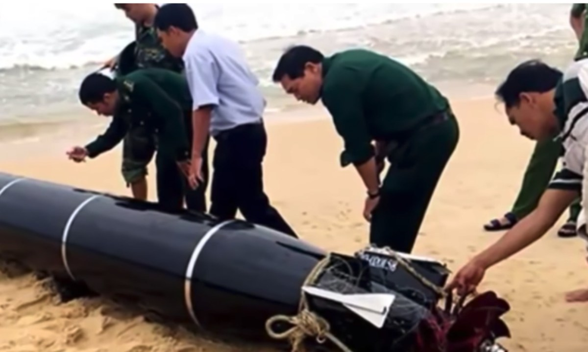 Authorities quickly retrieved the torpedo from civilian hands. Photo: YouTube