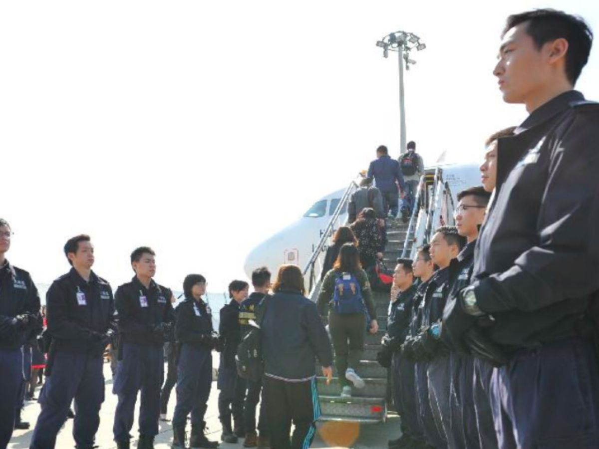 The Immigration Department chartered a flight for the voluntary repatriation of Vietnamese illegal immigrants to Vietnam. Photo: HK Government