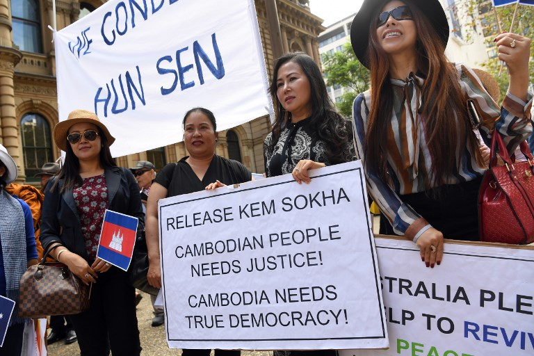 Protesters observe a minute's silence as they take part in a demonstration during the ASEAN (Association of Southeast Asian Nations)-Australia Special Summit in Sydney on March 17, 2018. - Cambodian leader Hun Sen, who is in Sydney for the special Australia-ASEAN summit, is travelling at time when his government has intensified an anti-democratic crackdown on the press, civil society and its opponents. (Photo by William WEST / AFP)