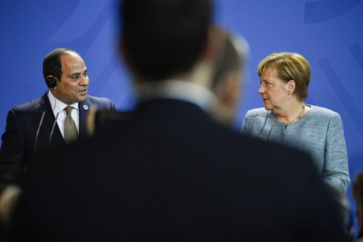 المستشارة الألمانية أنجيلا ميركل والرئيس المصري عبد الفتاح السيسي في مؤتمر صحفي على هامش مؤتمر للشراكة مع أفريقيا أقيم في برلين في 30 أكتوبر/تشرين الأول 2018. صورة: John MACDOUGALL / AFP