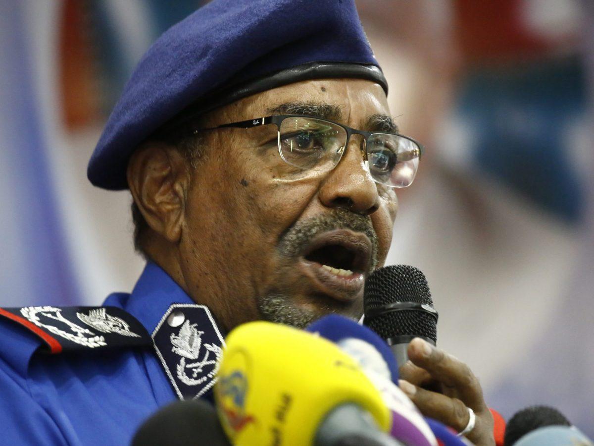 الرئيس السوداني عمر البشير يتحدث في اجتماع مع قيادات أمنية بمقر الشرطة بالعاصمة الخرطوم في 30 ديسمبر/كانون الأول 2018. صورة: ASHRAF SHAZLY / AFP