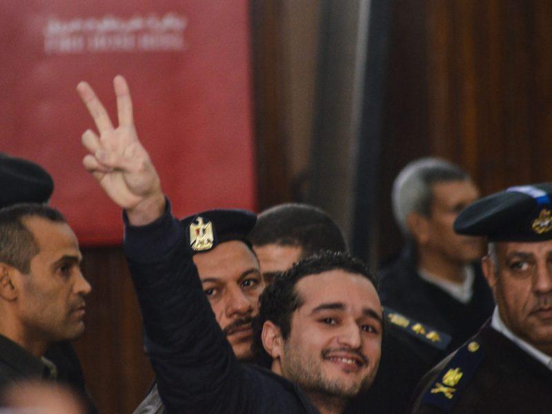 الناشط المصري أحمد دومة بعد الحكم عليه بالمؤبد في 4 فبراير/شباط 2015 في القضية المعروفة ب«أحداث مجلس الوزراء». حكمت محكمة الجنايات على الناشط في إعادة محاكمته في القضية في 9يناير/كانون الثاني 2019 بالسجن 15 عام. صورة: MOHAMED EL-RAAY / AFP