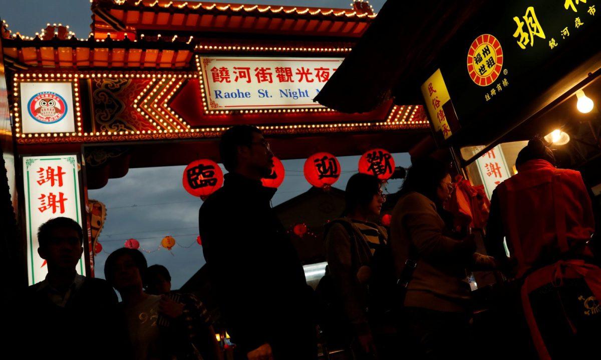 2017年1月18日,遊客在台北饒河街夜市逛食攤。相片:Reuters / Tyrone Siu