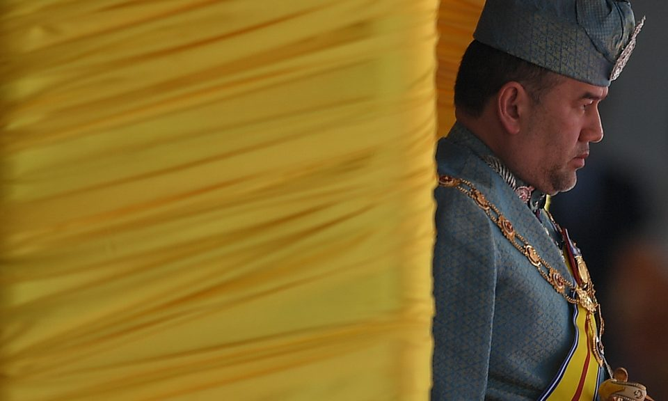 退位的馬來西亞國王蘇丹穆罕默德五世於2017年3月6日在吉隆坡國會大樓舉行的議會開幕儀式上為儀仗隊肅立。相片:AFP / Mohd Rasfan