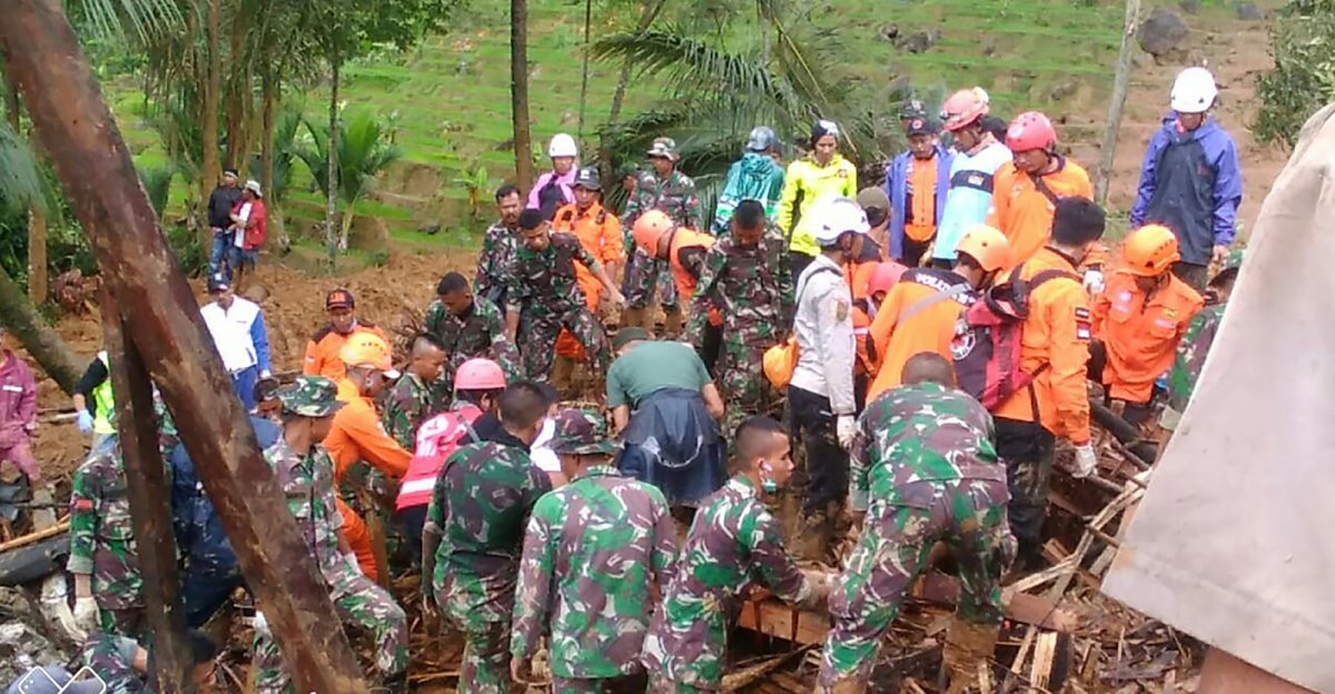 A handout pic taken by Indonesia's accident mitigation agency on January 1, 2019 shows rescue workers looking for survivors after a landslide hit Sukabumi in West Java province. Photo: AFP / Badan Nasional Penanggulangan Bencana