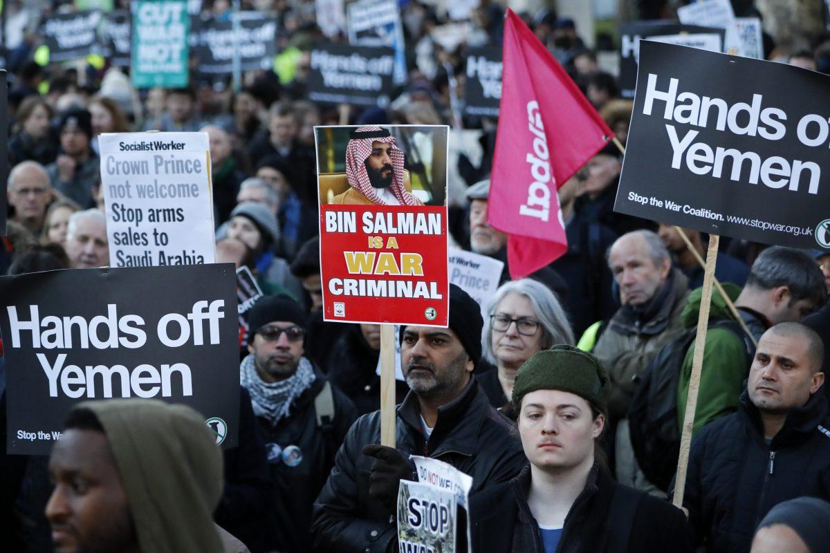 متظاهرون يحتجون على مبيعات السلاح البريطانية إلى السعودية في لندن خلال زيارة ولي العهد السعودي محمد بن سلمان في 7 مارس 2018. صورة: Tolga AKMEN / AFP
