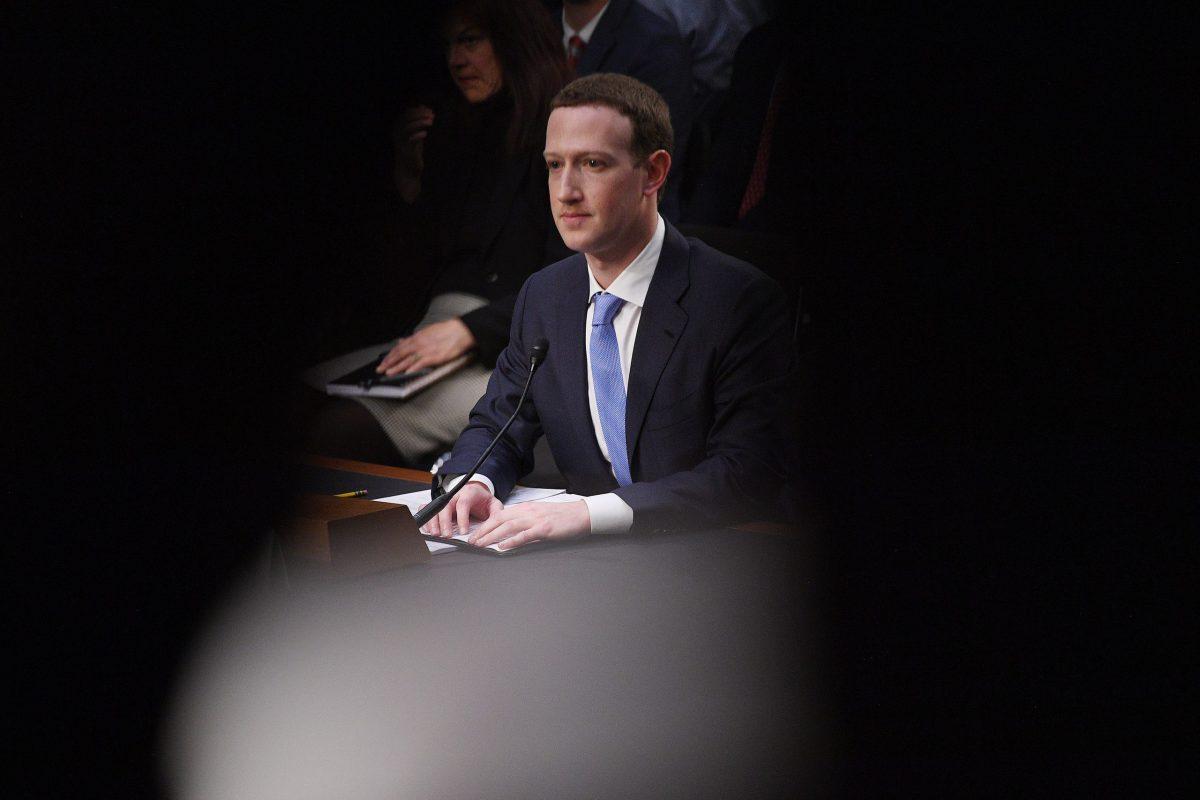 مارك زوكربيرج مؤسس ورئيس مجلس إدارة فيسبوك في شهادة أمام لجنة النقل والعلوم والتجارة في مجلس النواب اﻷمريكي في 10 أبريل 2018. صورة: JIM WATSON / AFP