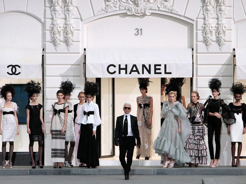 صورة التقطت لكارل لاغرفيلد في 3 أكتوبر 2008 في ختام إطلاق شانيل أزياء الربيع والصيف لعام 2009. صورة: FRANCOIS GUILLOT / AFP