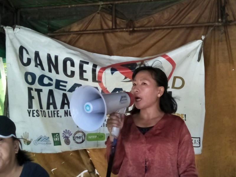 An opponent of the Didipio mine speaks to local people about their campaign to stop OceanaGold renewing its mining rights agreement with the Philippine government.