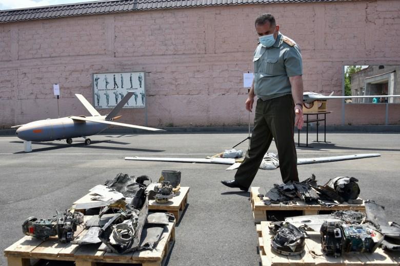 Армения представила как захваченные и сбитые азербайджанские беспилотники во время недавних вооруженных столкновений на армяно-азербайджанской границе, в Ереване, 21 июля 2020 г. Фото: AFP / Карен Минасян