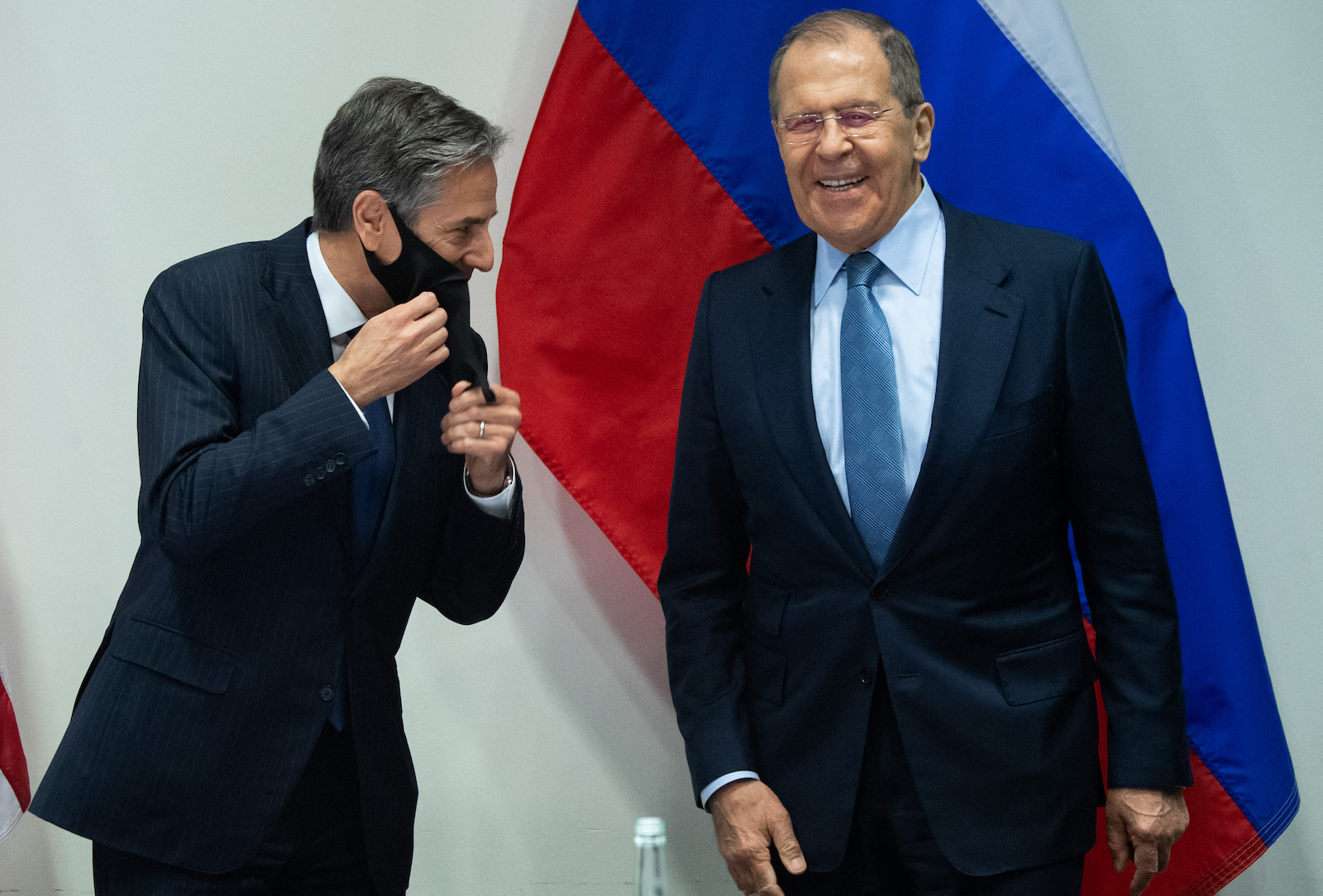 US Secretary of State Antony Blinken and Russian Foreign Minister Sergey Lavrov (right) laugh as they arrive for a meeting at the Harpa Concert Hall in Reykjavik, Iceland, May 19, 2021, on the sidelines of the Arctic Council Ministerial summit. Photo : AFP / Saul Loeb / Pool