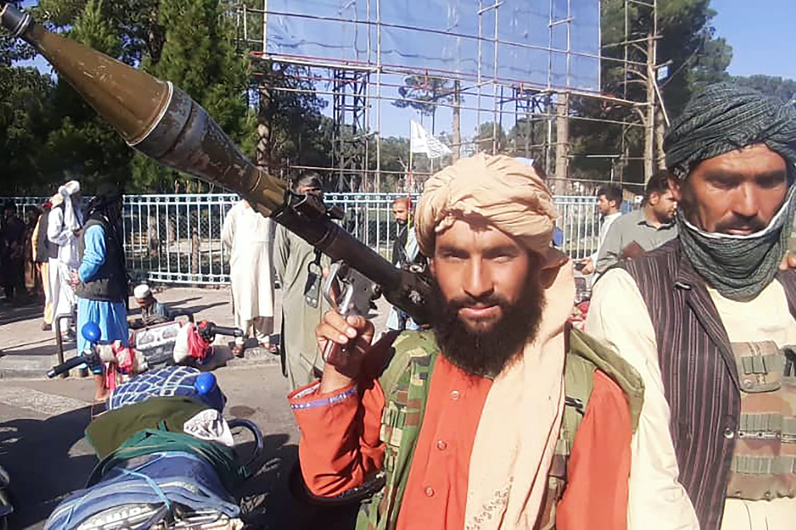 A Taliban fighter holds a rocket-propelled grenade (RPG) along the roadside in Herat, Afghanistan's third biggest city, after government forces pulled out the day before following weeks of being under siege, August 13, 2021. Photo: AFP