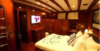 queen-of-datca-luxury-gulet-forward-master-cabin