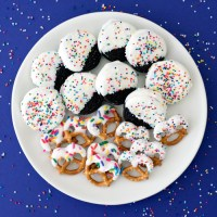 White Chocolate Dipped Pretzels & Oreos