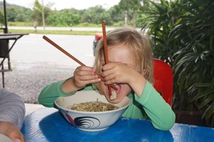 Lara versucht, mit Stäbchen zu essen ...