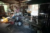 Restaurantküche mit vielen Utensilien rund um Reis und Nudeln