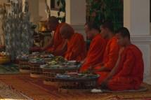 Zeremonie im Rattanarangsi Tempel, Savannakhet