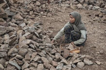körperlich schwere, schlecht bezahlte Arbeit, v.a. wie hier Straßenbau, ist Frauenarbeit