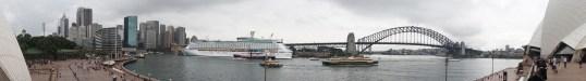 """Blick vom Sydney Opera House auf Circular Quay, Stadtteil The Rocks, """"Voyager Of The Seas"""" und Sydney Harbour Bridge"""