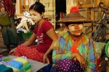 viele Leute, auch Jungen, tragen Tannaka-Makeup