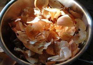 Что можно полить луковой шелухой. Правила подкормки огурцов луковой шелухой