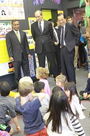Mr. Kan visits a kindergarten class
