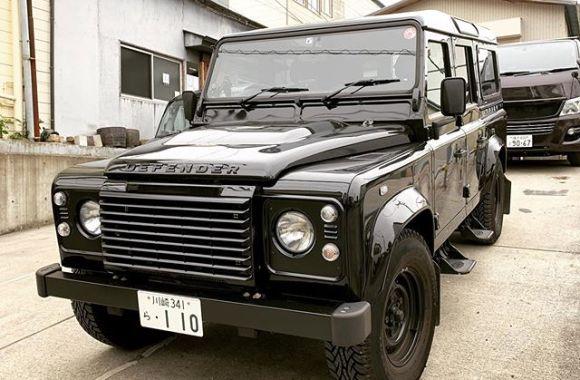 最終型ディフェンダーの黒。控え目に言って反則的にカッコいい…!これで新車とは夢がありますね〜