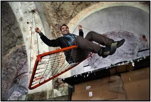 """""""Palavan"""" sur une balançoire improvisée à Trieste, 2013. Photo: Alberto Campi"""